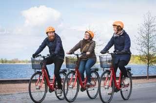 Pyöräilijät pyörätiellä