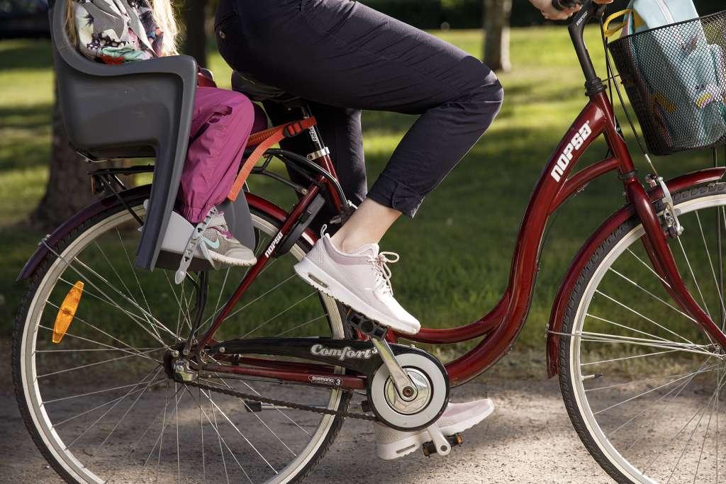 Pyöräily lapsi kyydissä