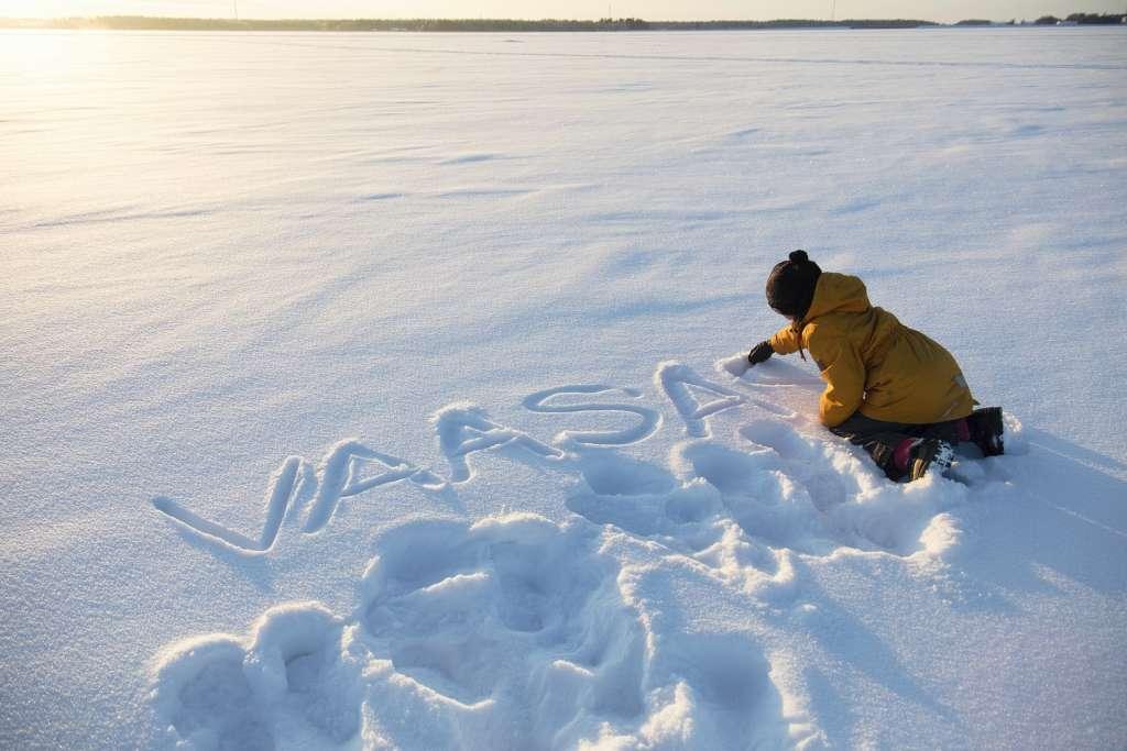 lapsi kirjoittaa vaasa lumeen