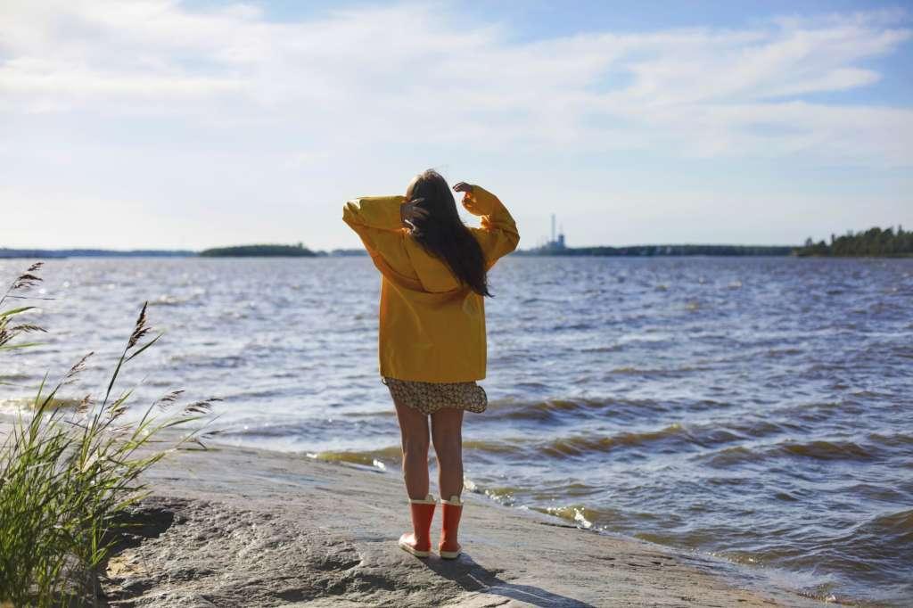 Tyttö merenrannalla
