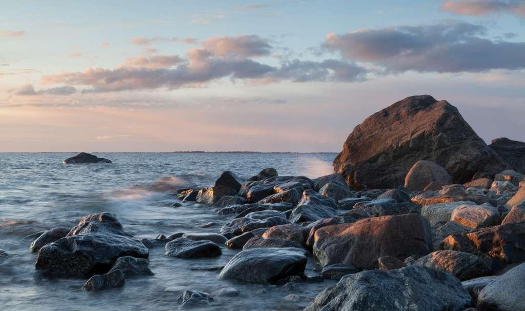 Aaltoja ja kiviä Merenkurkun saaristossa.