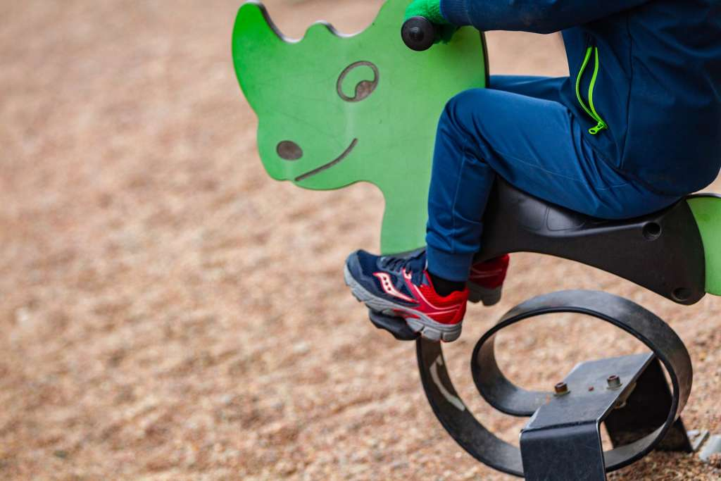Lapsi leikkipuistossa