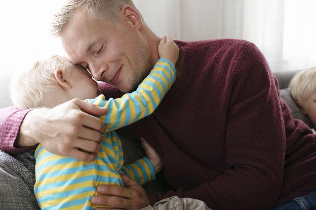 isä ja lapsi halaa