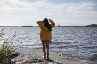 Nainen meren äärellä