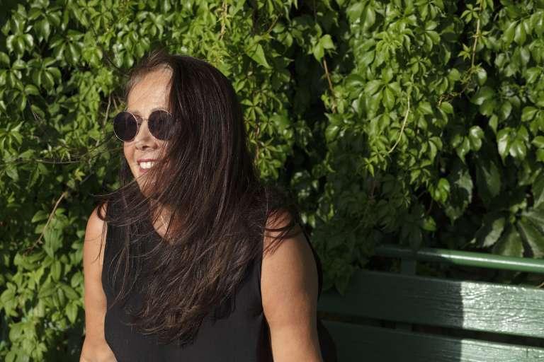Nainen aurinkolasit päässä