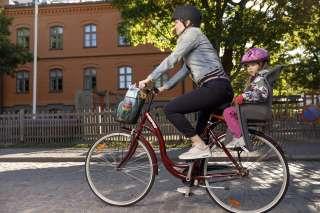 Äiti ja lapsi pyöräilevät