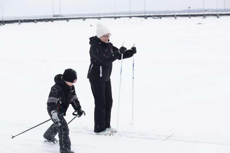 Lapsi ja isoäiti hiihtää