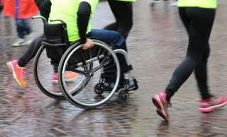 Liikuntaa juosten ja pyörätuolilla