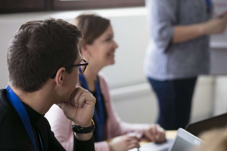 Ihmisiä toimistossa juttelemassa