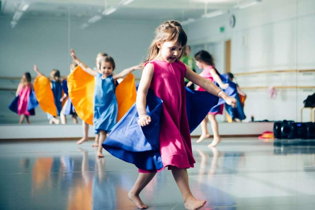 Lapset tanssivat