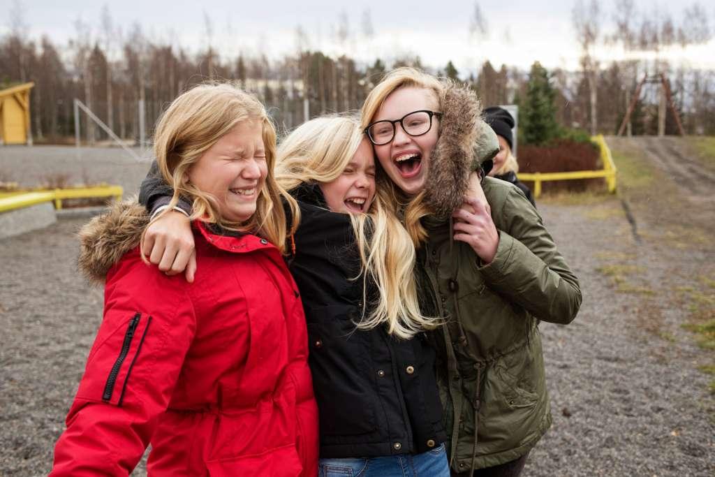 Tytöt välitunnilla koulun pihassa