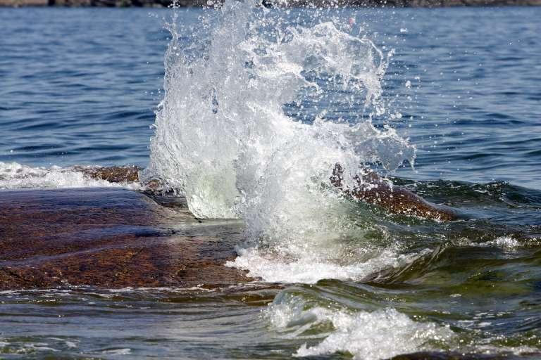 Veden leikkiä Rotsidanin rannoilla Korkearannikolla.