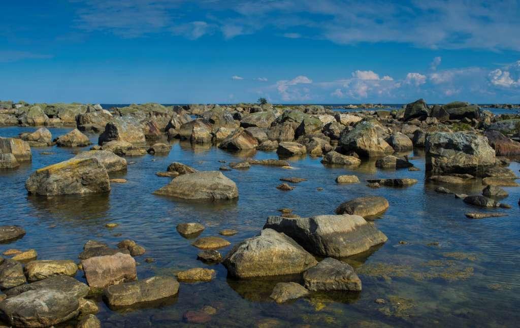 Merenkurkun saariston maailmanperintöalueen eteläosissa on vaikuttavia lohkarekenttiä.