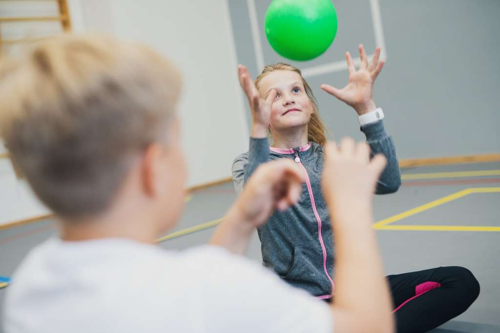 tyttö heittää palloa