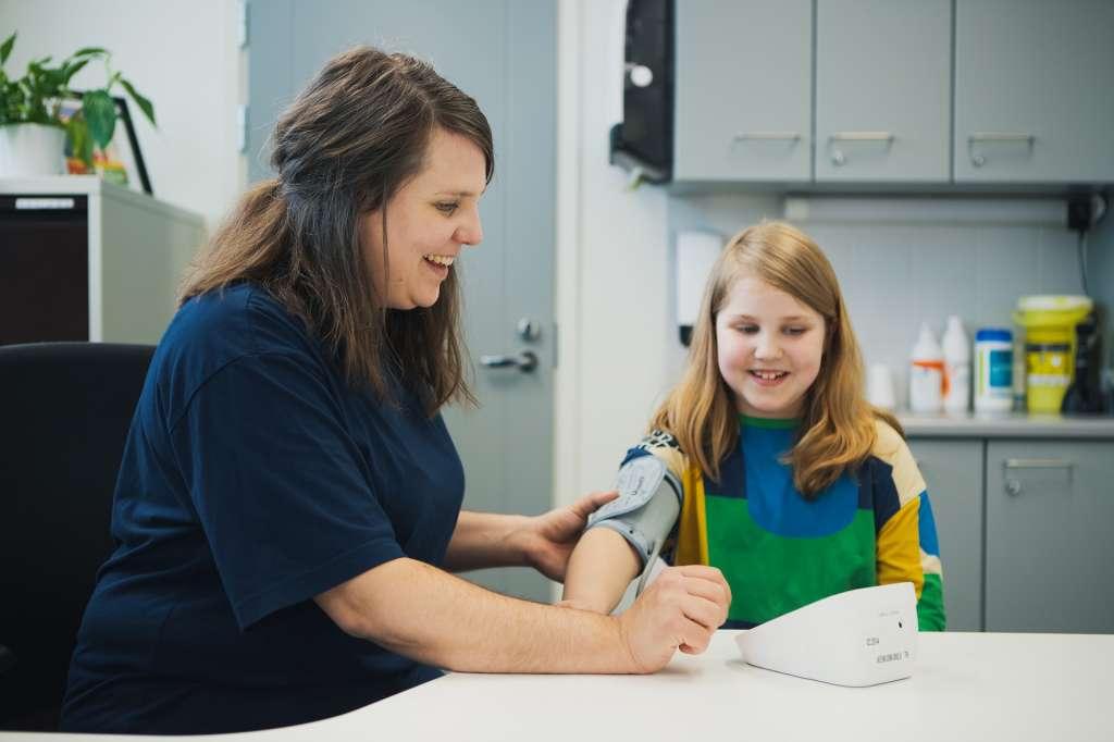 Kouluterveydenhoitaja ja lapsi