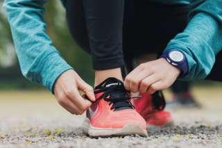 Lapsi sitoo kengännauhoja