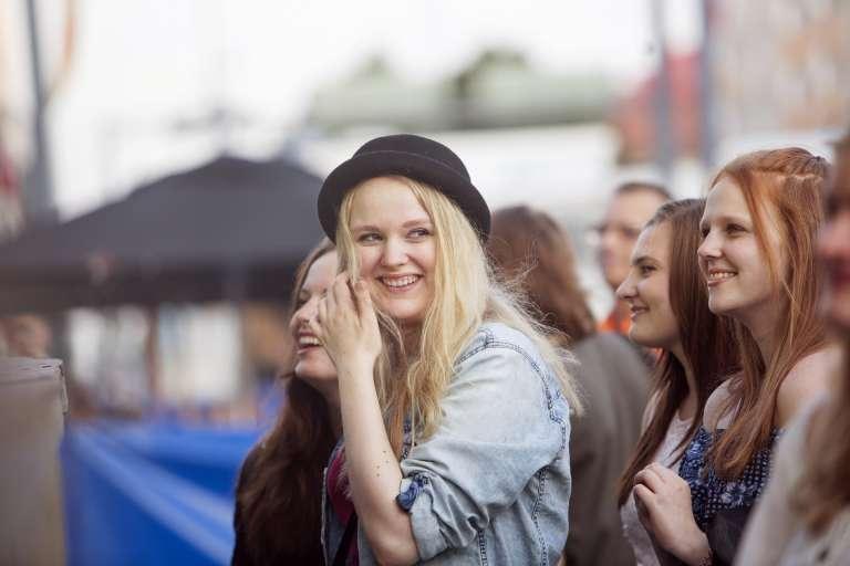 nuoria naisia yleisössä