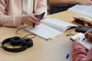 Opiskelijat pöydän ääressä