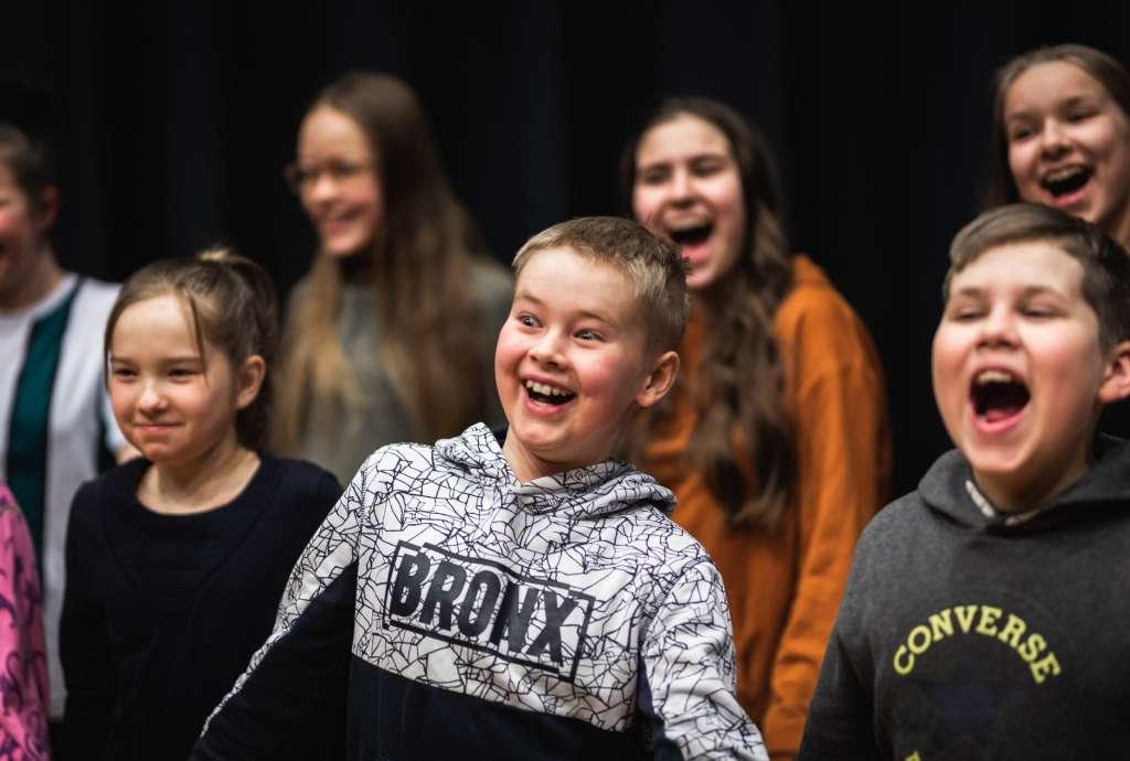 Lapset laulavat kuorossa