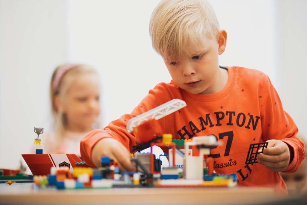 Poika leikkii legoilla