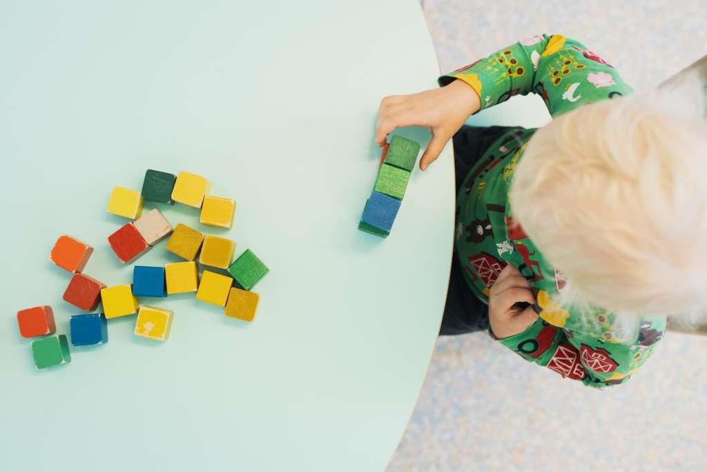 Lapsi leikkii palikoilla
