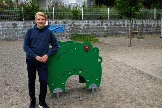 Mies seisoo leikkipuistossa.