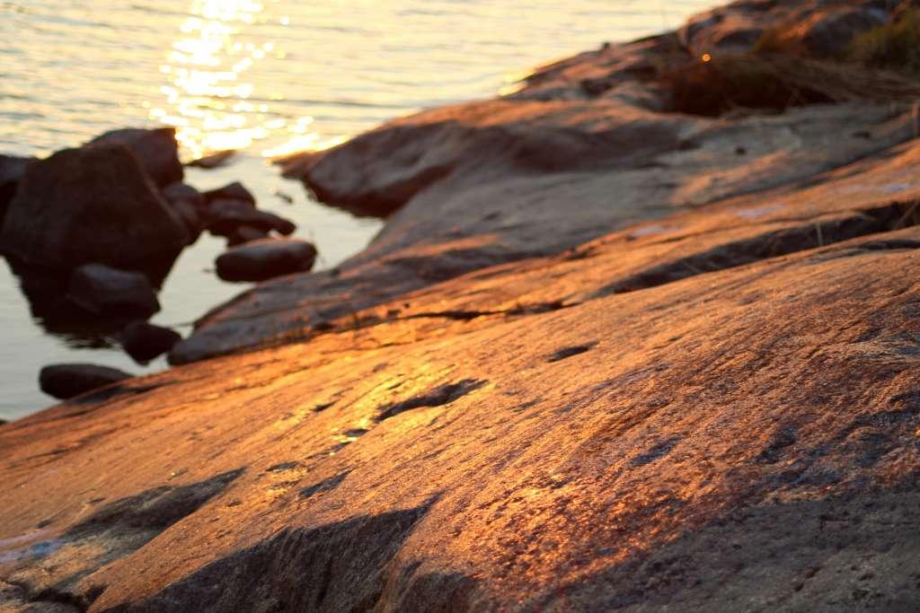 Mannerjään jättämiä uurteita voi nähä Merenkurkun kallioissa.