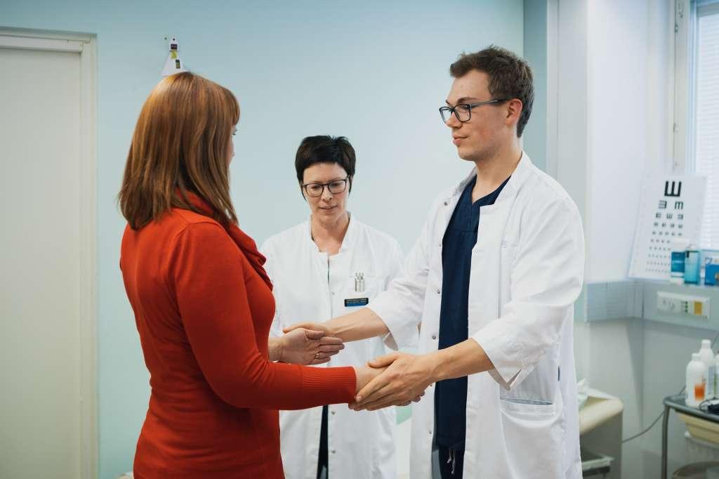 Läkaren undersöker patienten