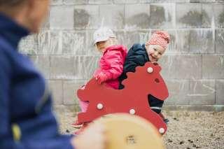 Lapset leikkivät päiväkodin pihalla