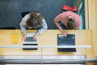 Ungdomar på datorn