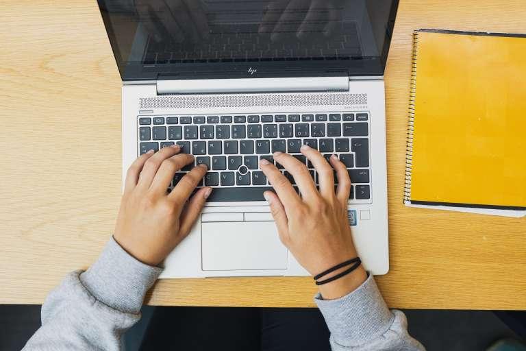 tietokone ja kädet