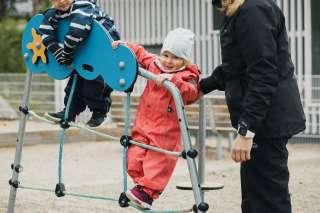 Lapsi leikkii päiväkodin pihalla