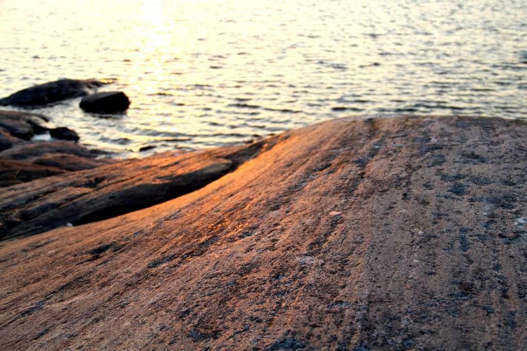 Mannerjään raapimat uurteet kallioissa paljastavat jään kulkusuunnan.