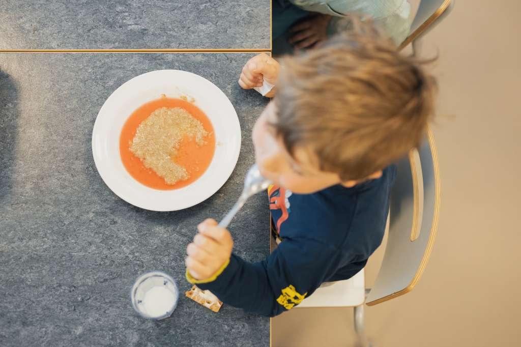Lapsi ruokailee päiväkodissa