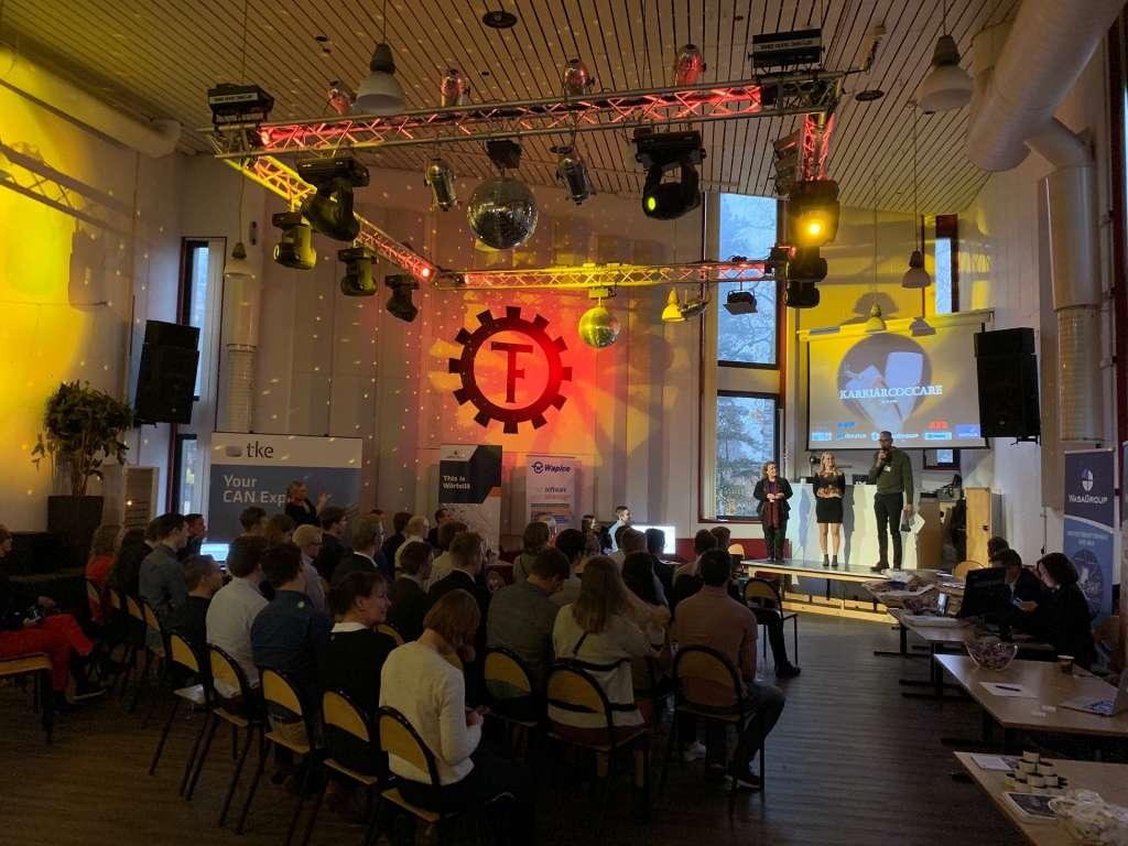Kaksi naista ja mies esiintyvät lavalla Aalto-yliopistossa.