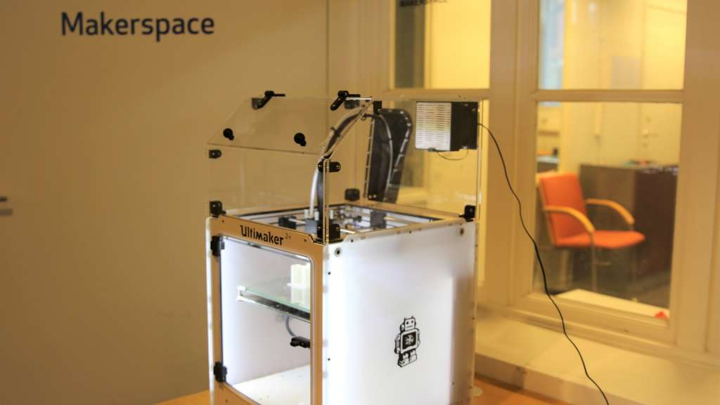 Kuvassa on 3D tulostin Makerspace-tilassa pääkirjastolla, kuvaaja Maija Rossi
