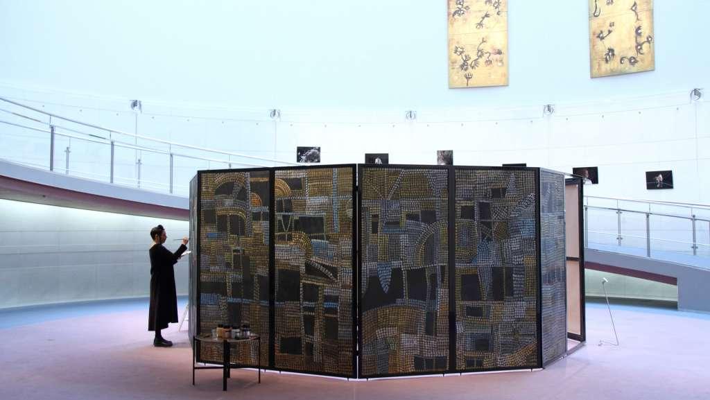 På bilden bearbetar Marita Liulia Tokyo-pavlijongen i Japan