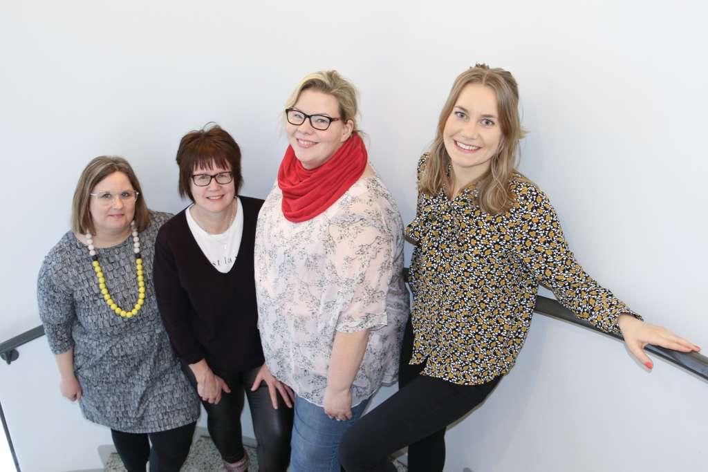 Kuvassa ovat palveluneuvoja Petra Winberg, toimintaterapeutti Maria Rannanpää, viheraluehortonomi Leila Roininen ja puheterapeutti Mathilda Bondén.