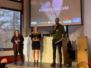 Kaksi naista ja mies seisoo lavalla Aalto-yliopistolla.