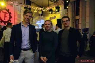 Kaksi miestä ja nainen hymyilevät rekrytointimessuilla Aalto-yliopistolla.