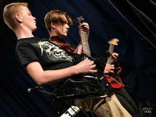 Elis Stenbacka ja Filip Rönnlund soittavat Stäinless steel -bändissä