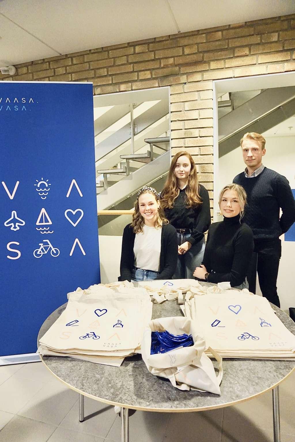 Kuvassa vasemmalta: Elinne Sanchez ja Oskar Kuoppala. Alarivissä vasemmalta: Hanna Enlund ja Lisa Holm. Kuva: Sofia Koivunen.