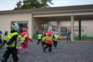 Lapset juoksevat päiväkodin pihalla