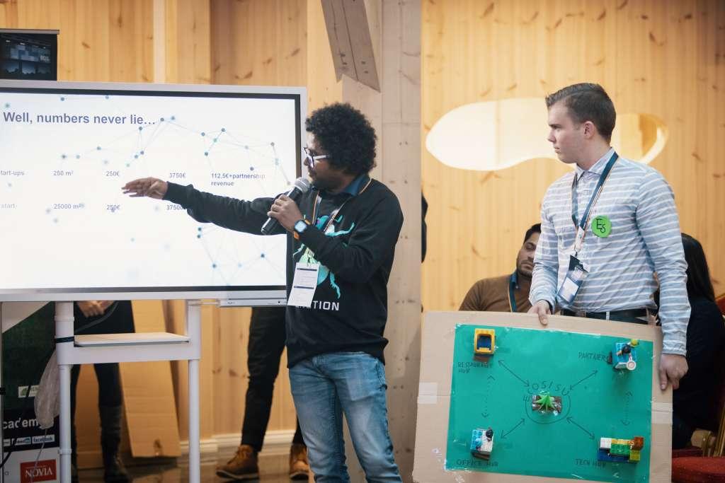 Opiskelijat esittelevät ideaansa STHEC-tapahtumassa, kuva Wärtsilä