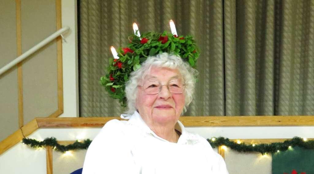 Lucia-mummo Eila Ilola hymyilee.