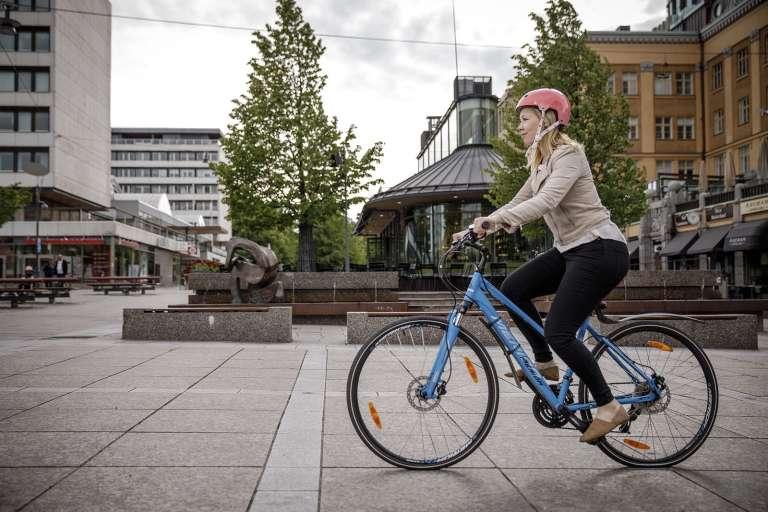 Tyttö pyöräilee kadulla