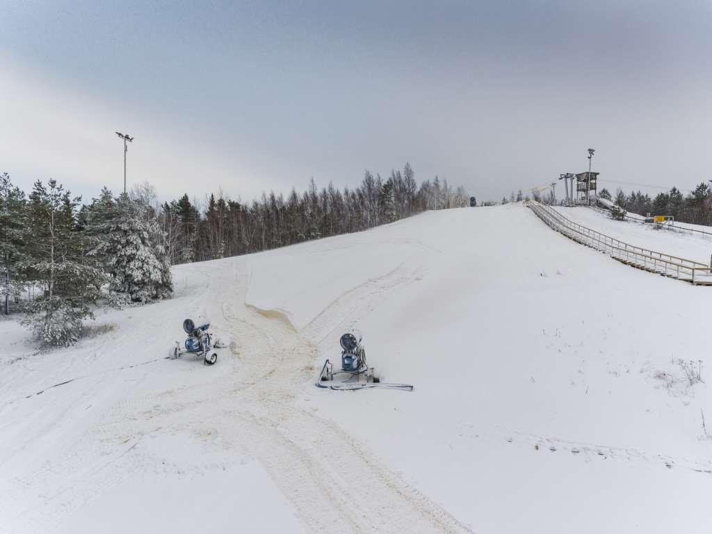 Lumitykkejä Öjbergetin rinteessä