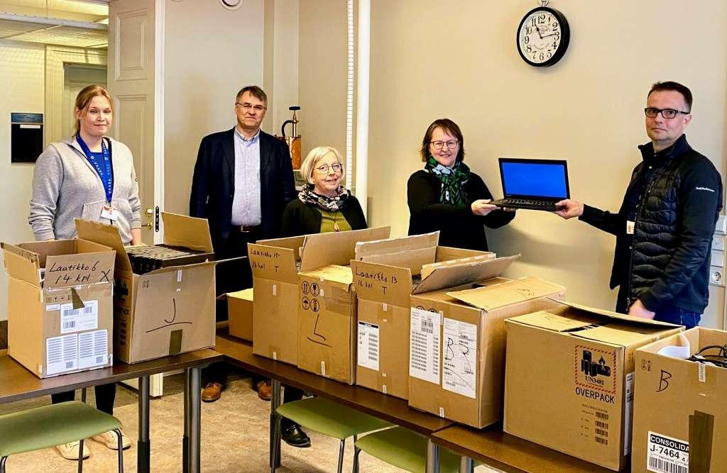 ABB lahjoitti Vaasan perusopetukselle tietokoneita