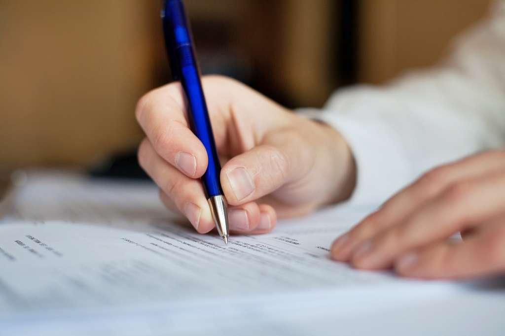 person skriver