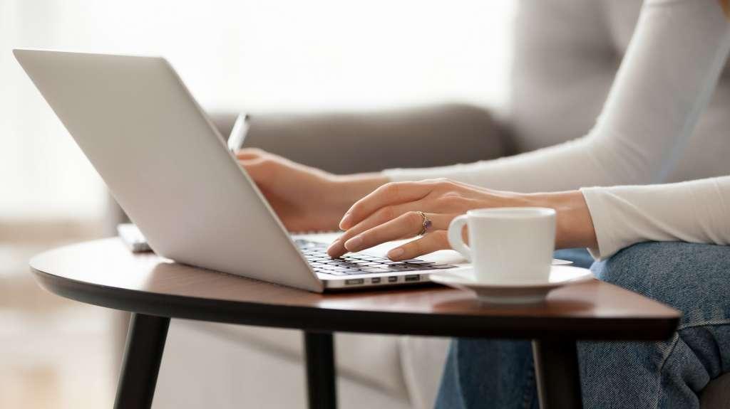 Nainen kirjoittaa tietokoneella